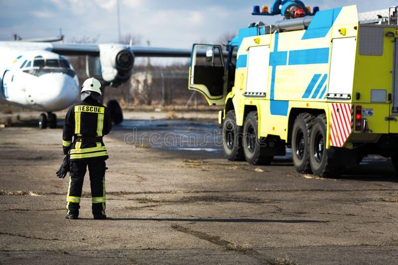 Tjänstgörande brandmanstående royaltyfri fotografi
