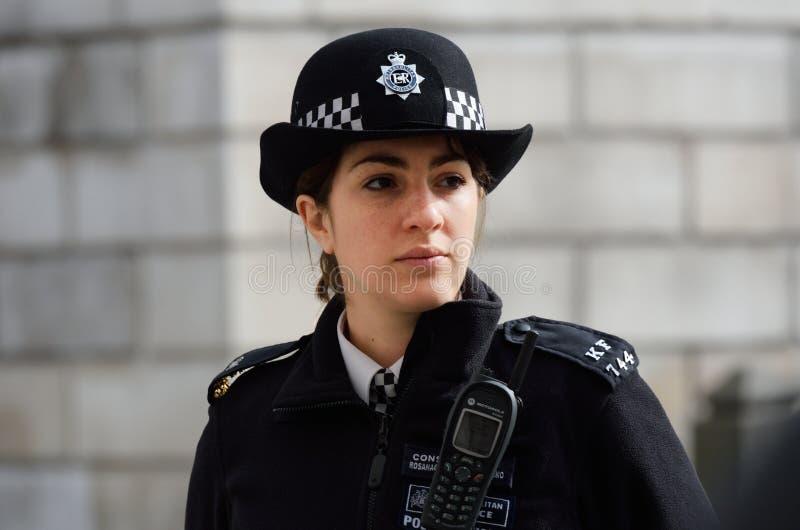 Tjänstgörande storstads- kvinnlig polis arkivfoto