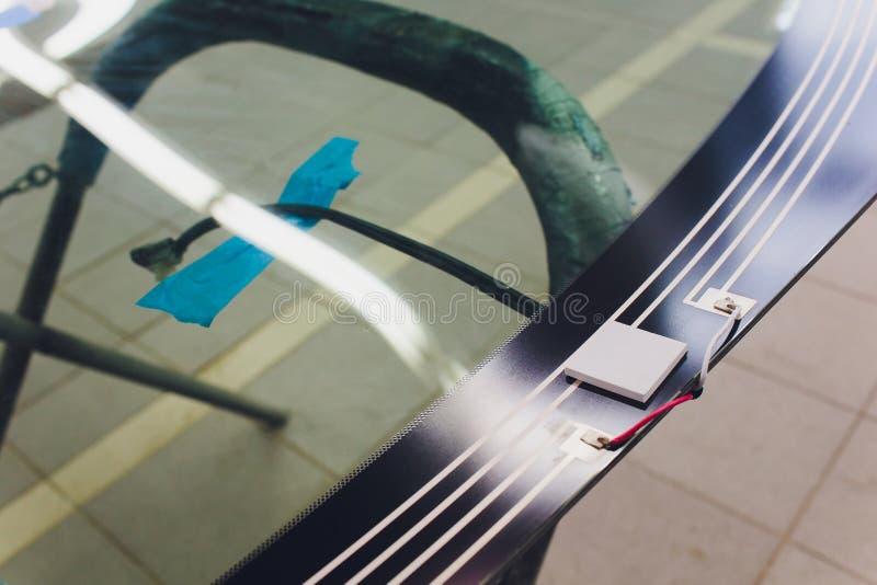 Tj?nste- begrepp f?r f?r bilbilvindruta eller vindruta i garage f?r automatiskservicestation arkivfoto