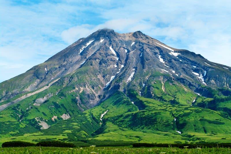Tjafsa den maximala vulkan på den Paramushir ön, Ryssland royaltyfri bild