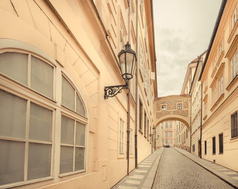 Tjeckien - gammal stadgata i staden av Prague royaltyfri foto