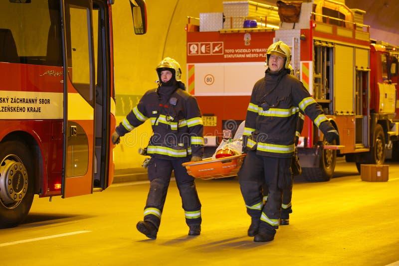 TJECKIEN PLZEN, 30 SEPTEMBER, 2015: Brandmän bär en bår med sårat royaltyfri foto