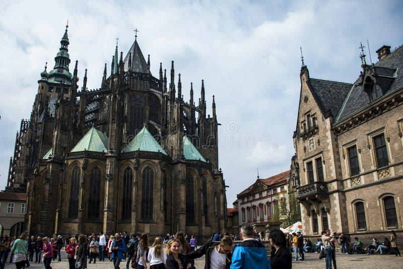 Tjeckien Prague 11 04 2014: Folk framme av det gamla helgonet Vitus Cathedral royaltyfri fotografi