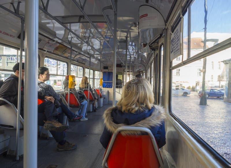 Tjeckien Prague, Karlin, Oktober 18, 2018: Inre av den gamla Prague spårvagnen Liv för dagligt folk och pendla för att arbeta för arkivfoton