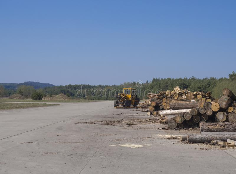 Tjeckien Ralsko, April 26, 2019: Sovjetisk arméflygplats på tidigare område för militär utbildning med den gula traktoren och arkivbilder