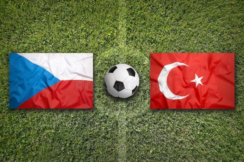 Tjeckien vs Turkiet flaggor på fotbollfält arkivfoton