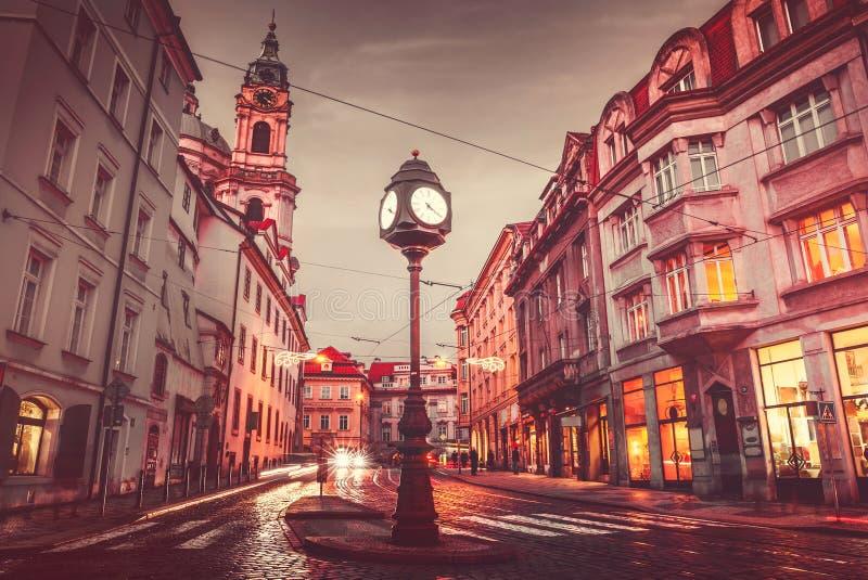 TjeckienPrague fyrkant med den gamla klockan för gatalampa fotografering för bildbyråer