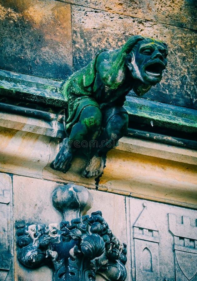 Tjeckisk arkitektur, läskig vattenkastareskulptur, gotisk tempeldeco royaltyfri bild