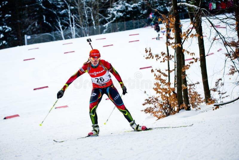 Tjeckisk biathlete Gabriela Soukalova klättrar kullen under den tjeckiska biathlonen Championsh arkivbilder