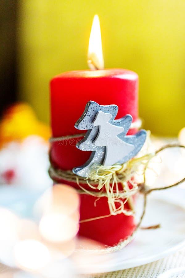 Tjeckisk jultid och egenar - röd stearinljus- och träddecoratio royaltyfria bilder