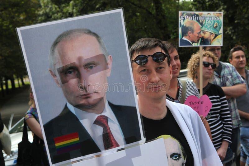 Tjeckiska homosexuella aktivister protesterar mot de ryska anti-glade lagarna royaltyfria foton