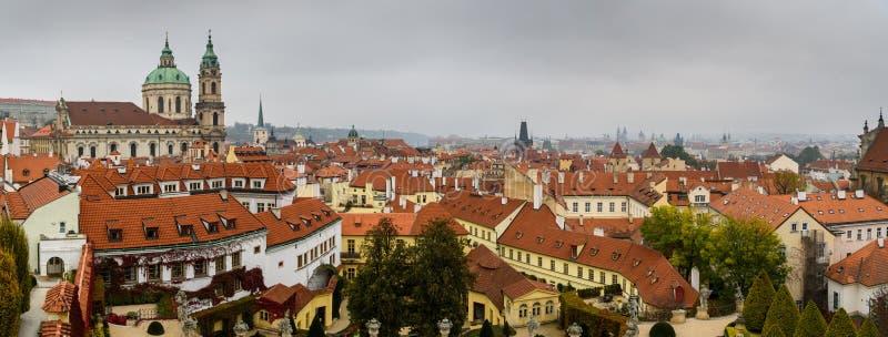 Tjeckiska republiken roofs panorama från trädgårdar i Vrtbovska arkivbilder