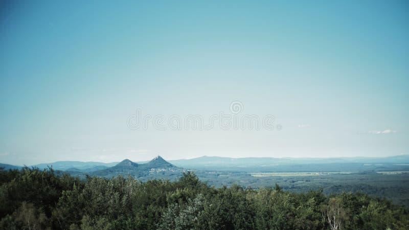 Tjeckiskt landskap med den Bezdez slotten royaltyfri fotografi