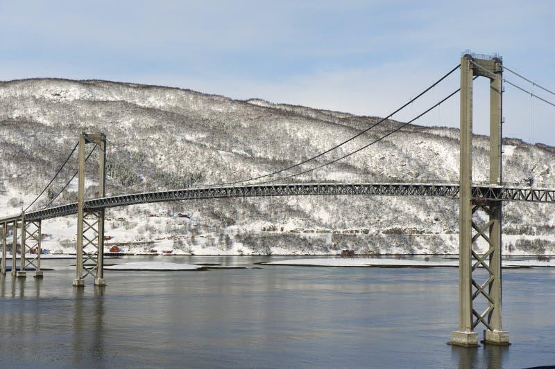 Tjeldsund zawieszenia drogi most w zimie krzyżuje Tjeldsundet cieśninę, Troms okręg administracyjny, Norwegia zdjęcia royalty free