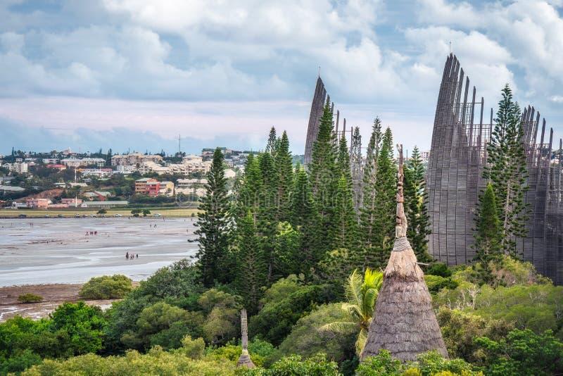 Tjibaou Cultural Centre på kusten vid lågvatten i Noumea fotografering för bildbyråer