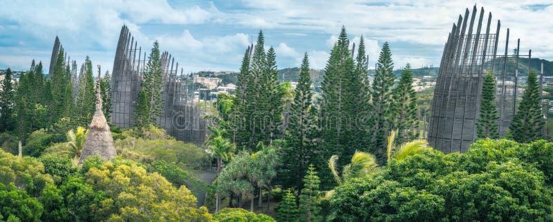 Tjibaou Cultural Centre Panorama, nedsänkt i tropisk vegetation royaltyfria bilder