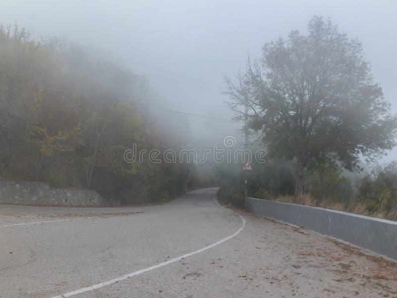 Tjock dimma täcker gamla vägpasserandeBaidar portar i Crimean berg som förbinder den Baydar dalen royaltyfri foto