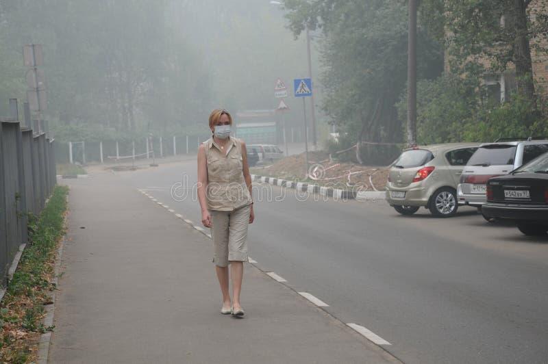 tjock gå kvinna för smog royaltyfri bild