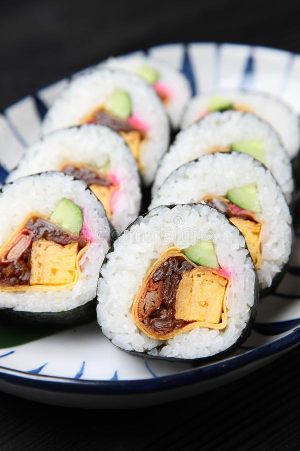 Tjock rulle av makizushien på en äta middag tabell fotografering för bildbyråer