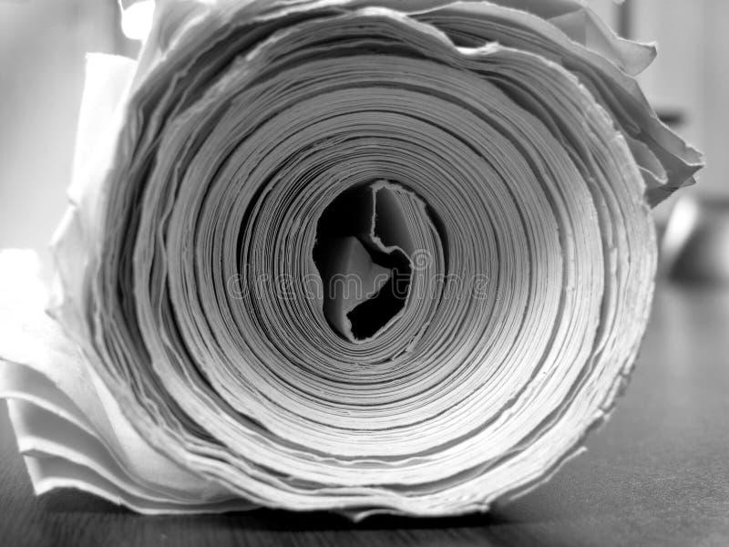 Tjock rulle av papper för att skriva tidnings- eller ritningteckningar arkivbilder