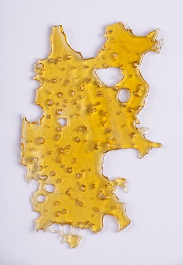 Tjock skiva av cannabisoljakoncentraten & x28; aka shatter& x29; isolerat arkivfoton