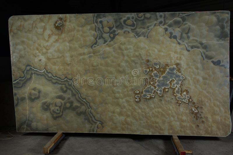 Tjock skiva av naturligt stenar rökig onyx som betraktas att vara halv-dyrbar och ha en effekt 3d royaltyfri fotografi