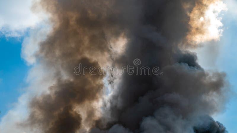 Tjock svart besk rök på himmelbakgrunden royaltyfri bild