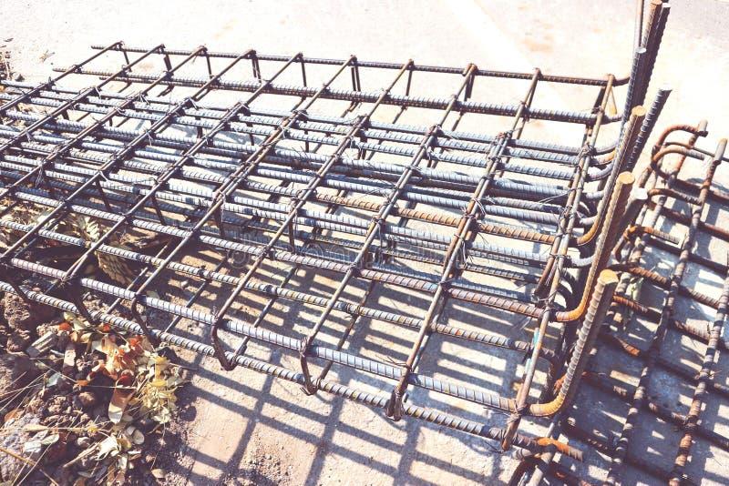 Tjocka stålstänger med rost för industriell konstruktion, byggnadsstrukturer arkivfoton