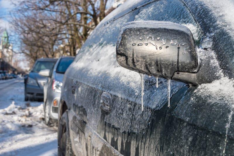 Tjockt lager av den täckande bilen för is royaltyfri fotografi