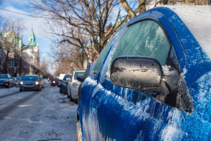 Tjockt lager av den täckande bilen för is arkivfoto