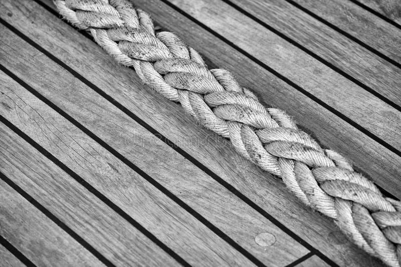 Tjockt rep på ett gammalt trädäck för seglingskepp royaltyfria foton