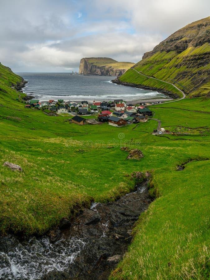 Tjornuvik村庄和海滩与巨人和巫婆海堆积岩石 免版税库存照片