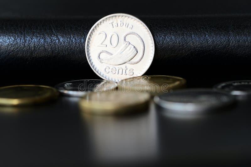 Tjugo fijian cent på en mörk bakgrund royaltyfri fotografi