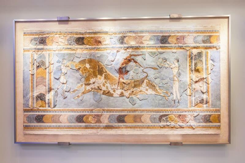 Tjur som hoppar freskomålningen i Heraklion det arkeologiska museet på Kreta arkivbilder