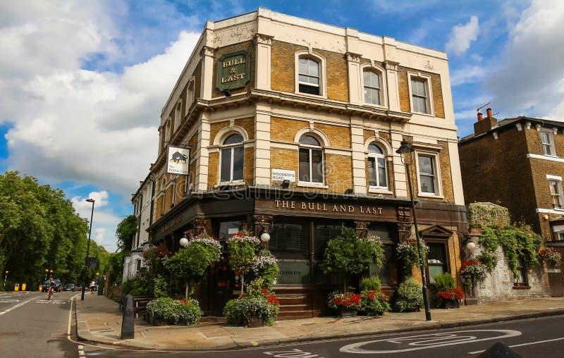 Tjuren och sisten är en historisk bar som inhysas i den Hampstead heden i lövrika nordvästliga London royaltyfri fotografi