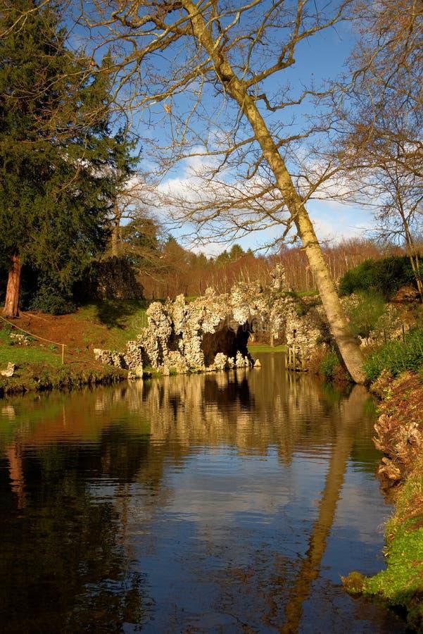 Tjusa den 18th århundradegrottan på sjön Painshill parkerar, Surrey arkivbild
