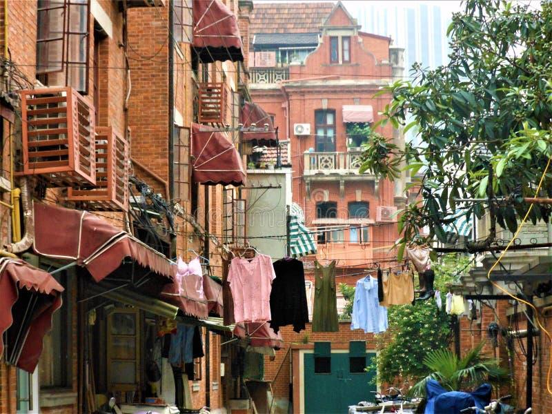 Tjusa hörnet av den Shanghai staden, Kina Hus, hängande kläder och tjusning royaltyfri fotografi