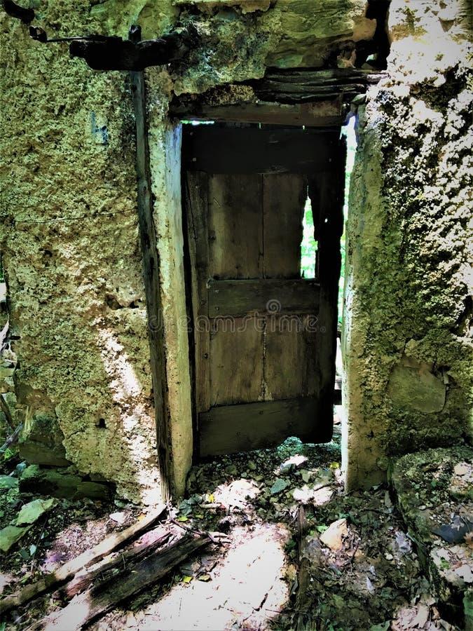 Tjusade den forntida dörren och fördärvar royaltyfri foto