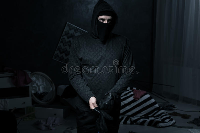 Tjuv i ett mörkt rum arkivbild