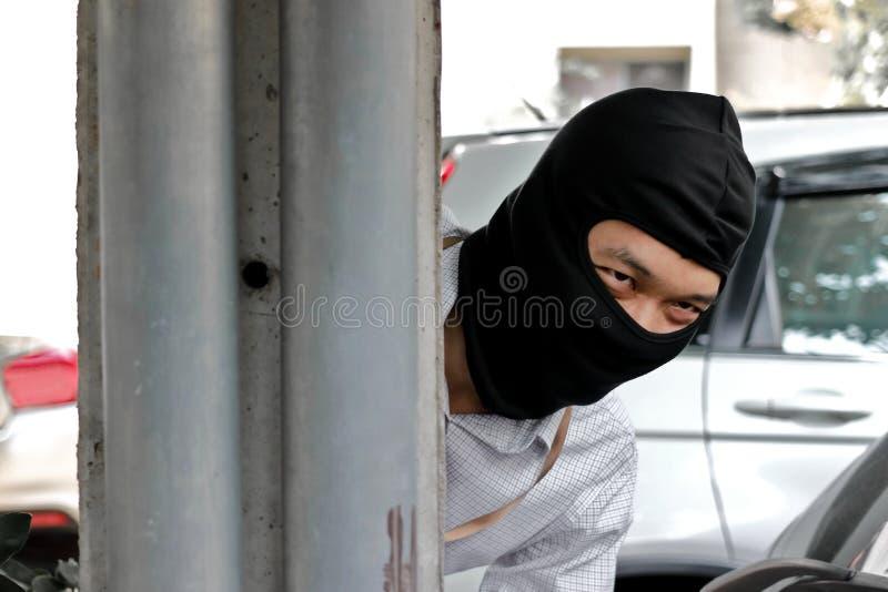 Tjuv i svart balaclava för brott royaltyfri foto
