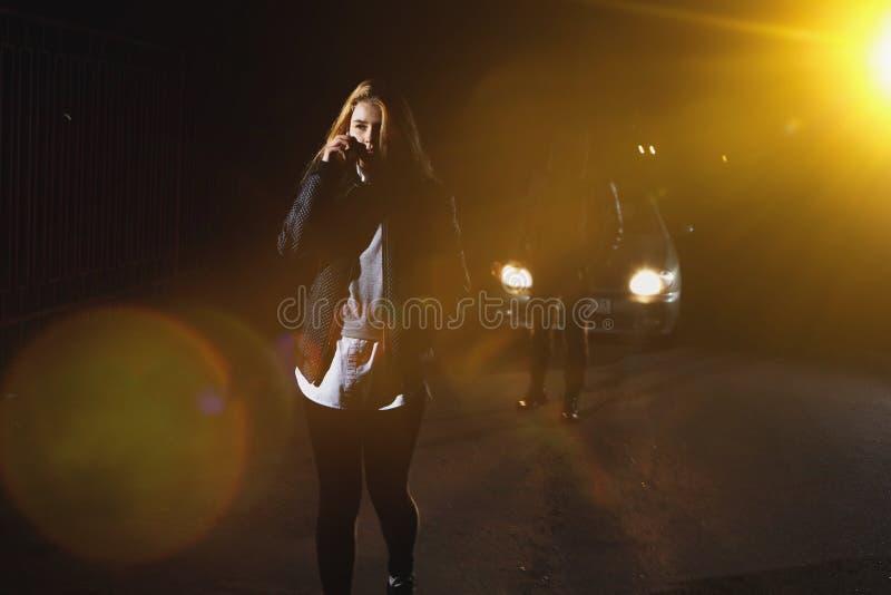 Tjuv på natten som lurar i fotografering för bildbyråer