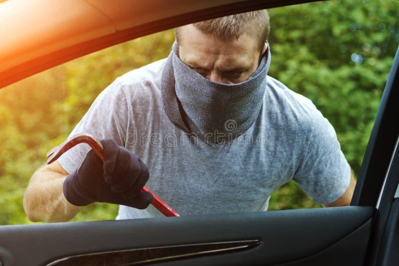Tjuv som stjäler en bil stock illustrationer