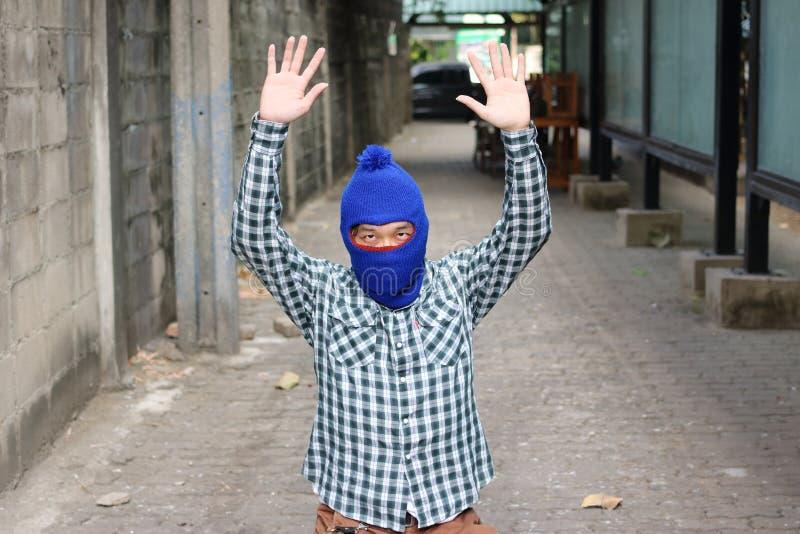 Tjuvstopp och satta händer upp Låsinbrottstjuvbegrepp fotografering för bildbyråer