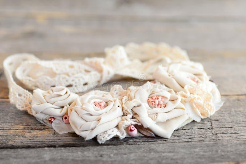 Tkanina kwiatu kolia z koronek podstrzyżeniami, koralikami i filc bazą, Lato urocza tekstylna biżuteria dla kobiet i dziewczyn obraz stock