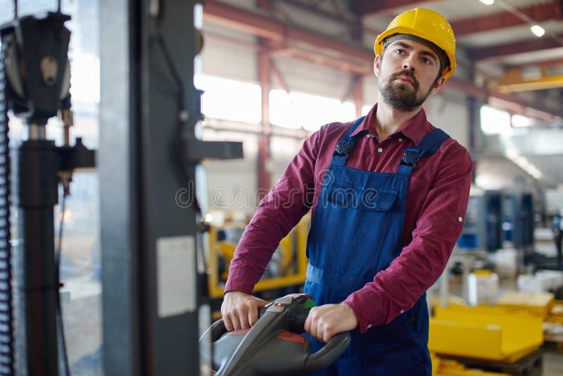 Tkanina pracownik używa maszynę obrazy royalty free