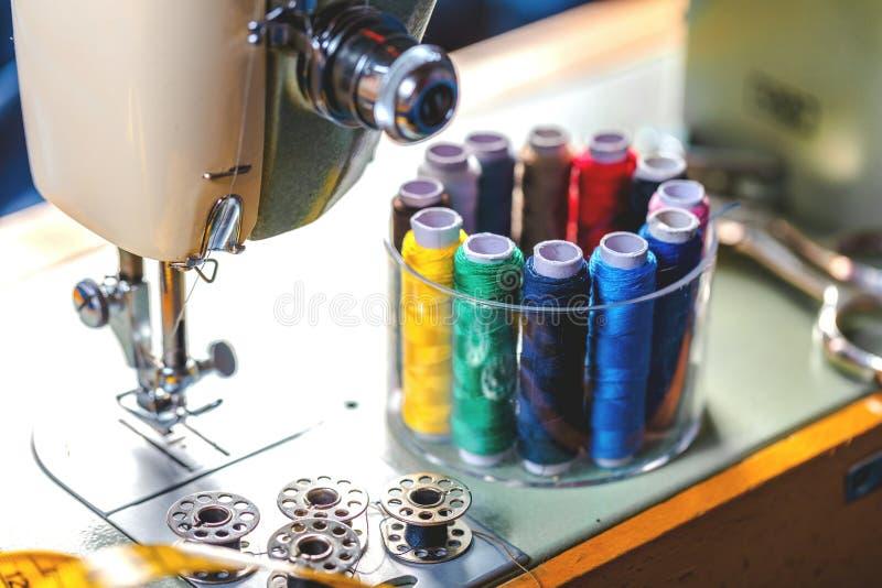 Tkanina różnorodni typy i przedmioty dla szyć Stubarwna tkanina, nić nawija, igły, szwalna łapa potrzebuje dla szyć zdjęcia royalty free