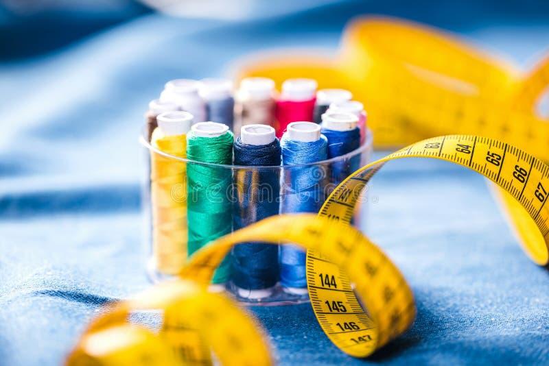 Tkanina różnorodni typy i przedmioty dla szyć Stubarwna tkanina, nić nawija, igły, szwalna łapa potrzebuje dla szyć zdjęcie royalty free