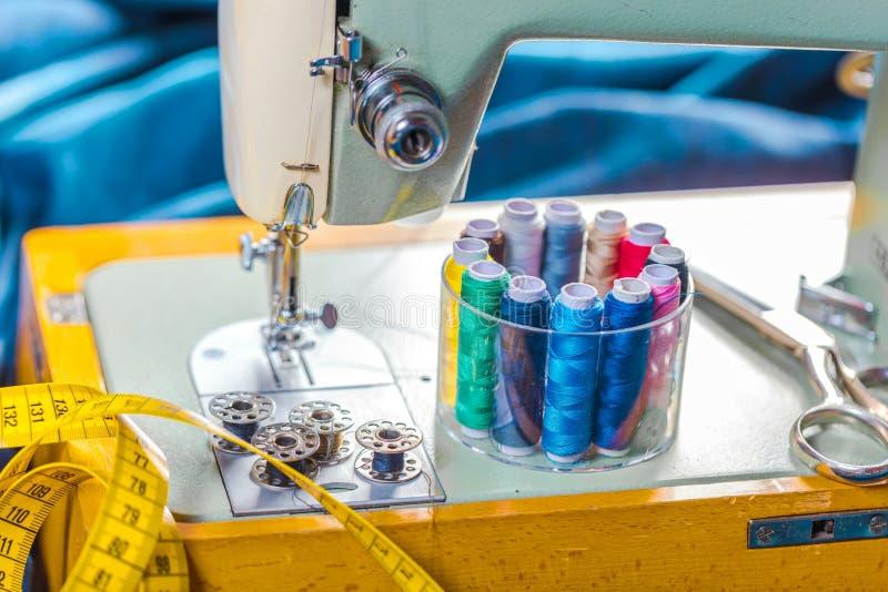 Tkanina różnorodni typy i przedmioty dla szyć Stubarwna tkanina, nić nawija, igły, szwalna łapa potrzebuje dla szyć obrazy royalty free