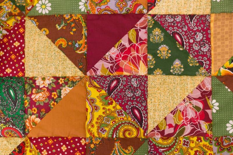 Tkaniny tekstura, kołderka z kwiatami i geometryczni wzory, zbliżenia tła szal z tkaniny żyje zdjęcie stock