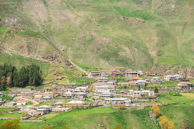 Tkarsheti-Dorf auf Gebirgshintergrund in Kazbegi-Bezirk, Mt stockfotografie